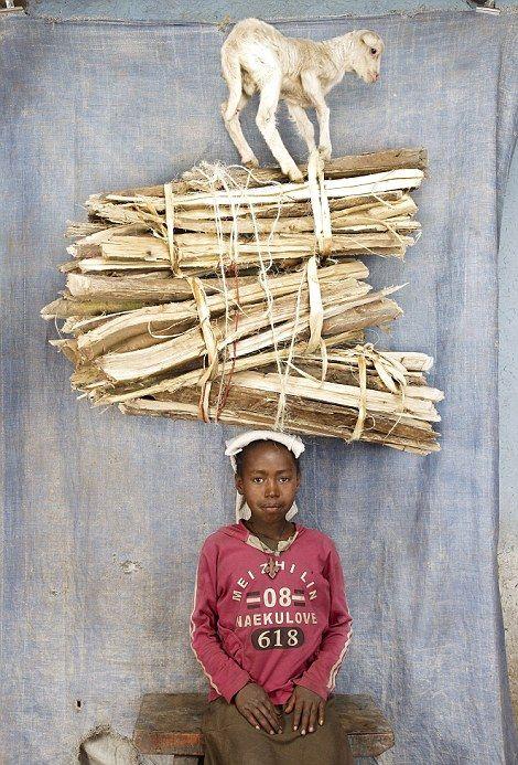 Африканцы носят груз на голове