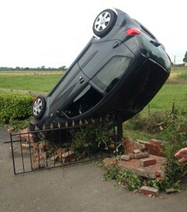 Аккуратно поставил машину в чужом саду