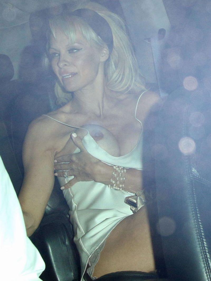 Памела Андерсон не уследила за выпрыгнувшей титькой