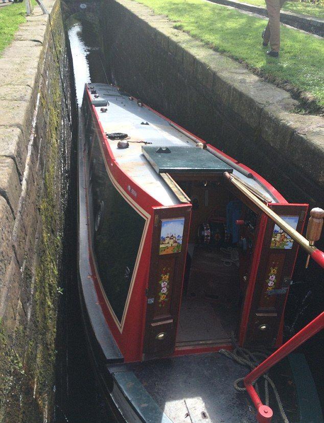 Узкая лодка для каналов оказалась слишком широкой