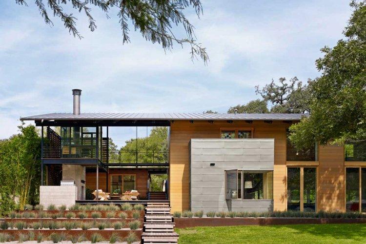 Современный загородный дом на берегу озера