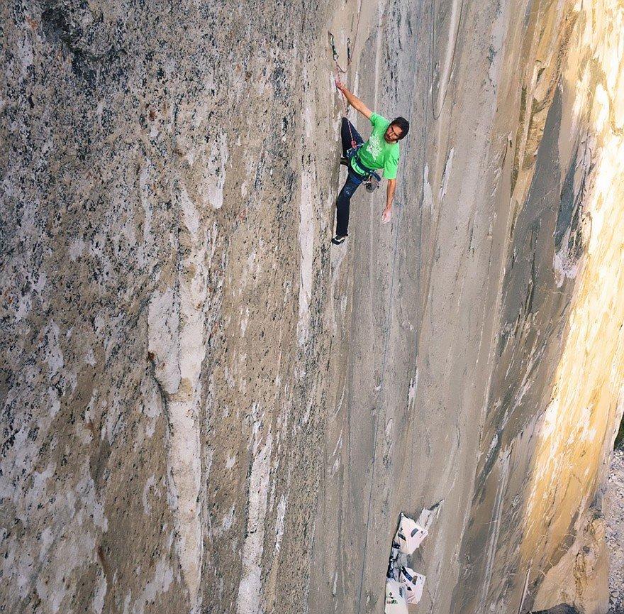 Двое альпинистов поднимаются по отвесной гранитной стене