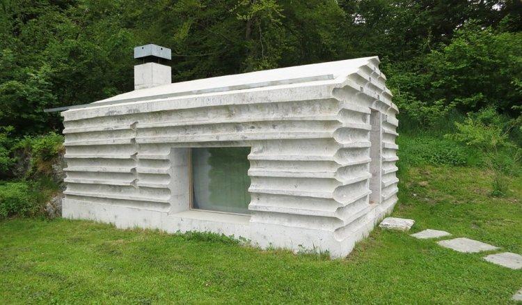Бетонный домик в лесу Швейцарии