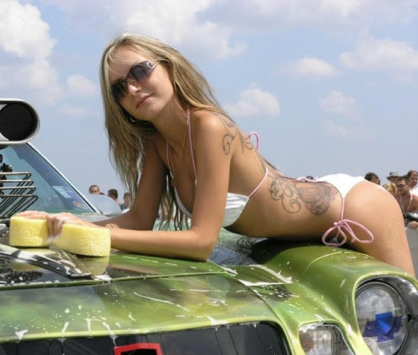 Красивые девушки моют автомобили