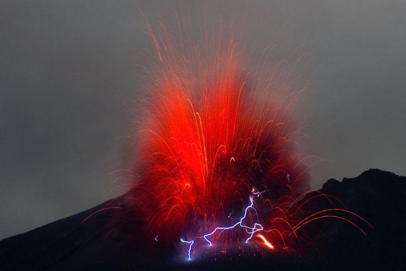 Молнии над возмущающимся вулканом Сакурадзима