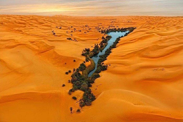 Оазис Убари посреди пустыни в Ливии