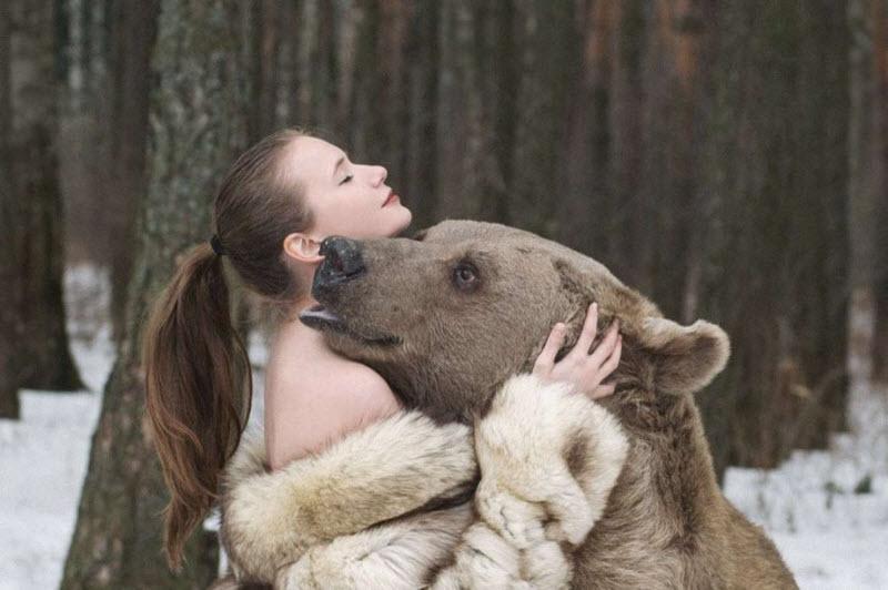 Русские фотомодели снялись в обнимку с медведем