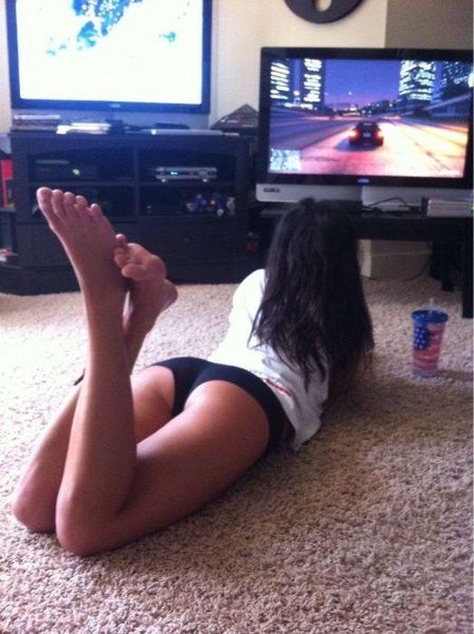 Симпатичные девушки играют в видеоигры