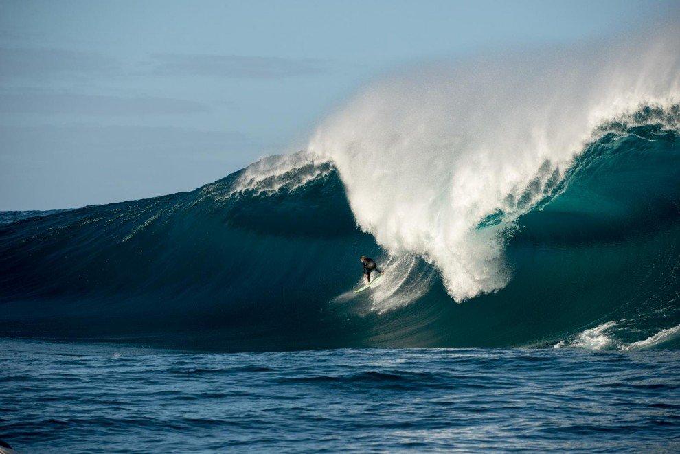 Экстремальный серфинг на огромных волнах