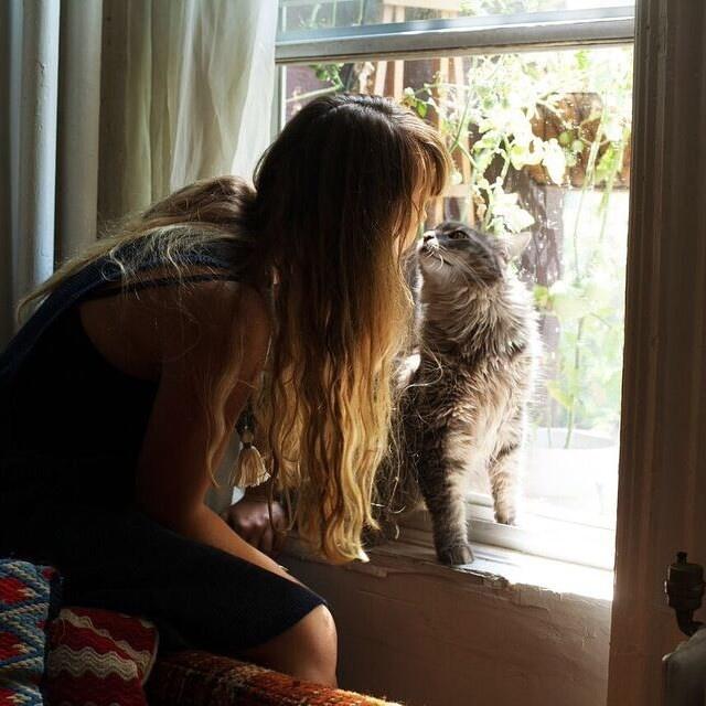 Девушки и их любимые кошки