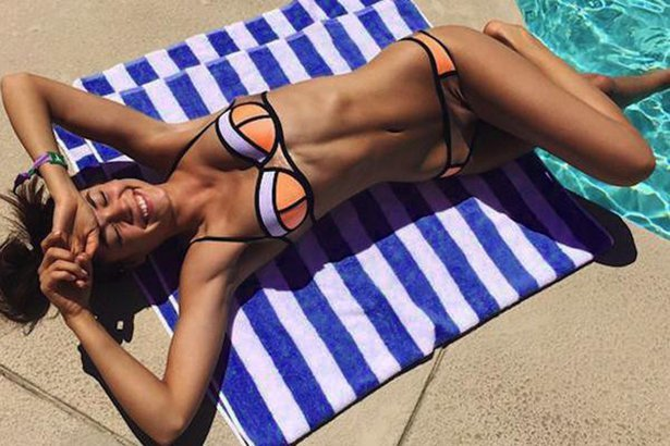 Красивые девушки у бассейна