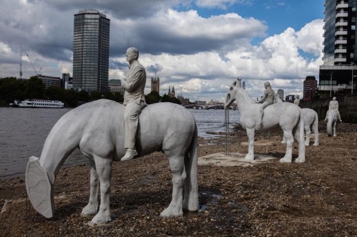 Необычная скульптурная композиция на дне Темзы