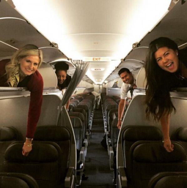 Боевое крещение новеньких стюардесс — залезть на полку для багажа