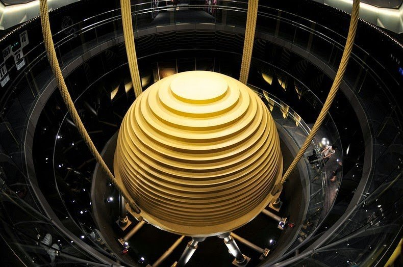 Гигантский шар внутри небоскреба