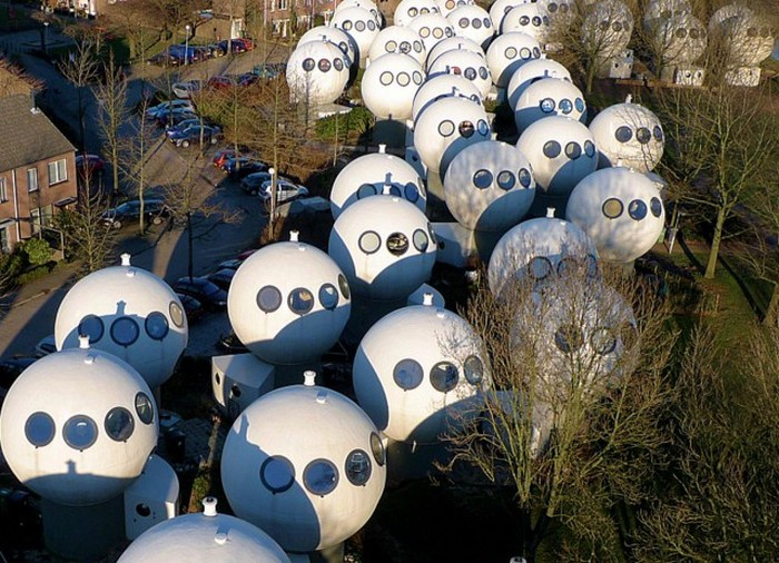 Необычные дома-шары в Нидерландах