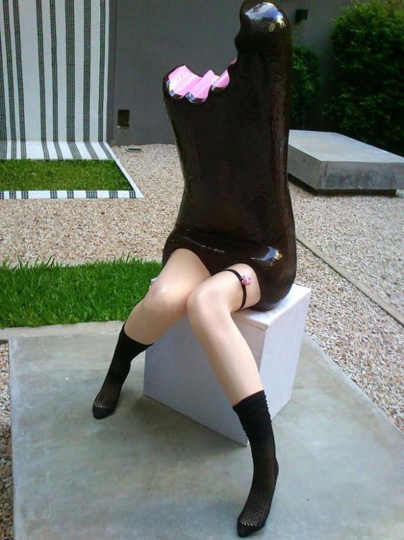 Необычные скульптуры сладостей с человеческими ногами