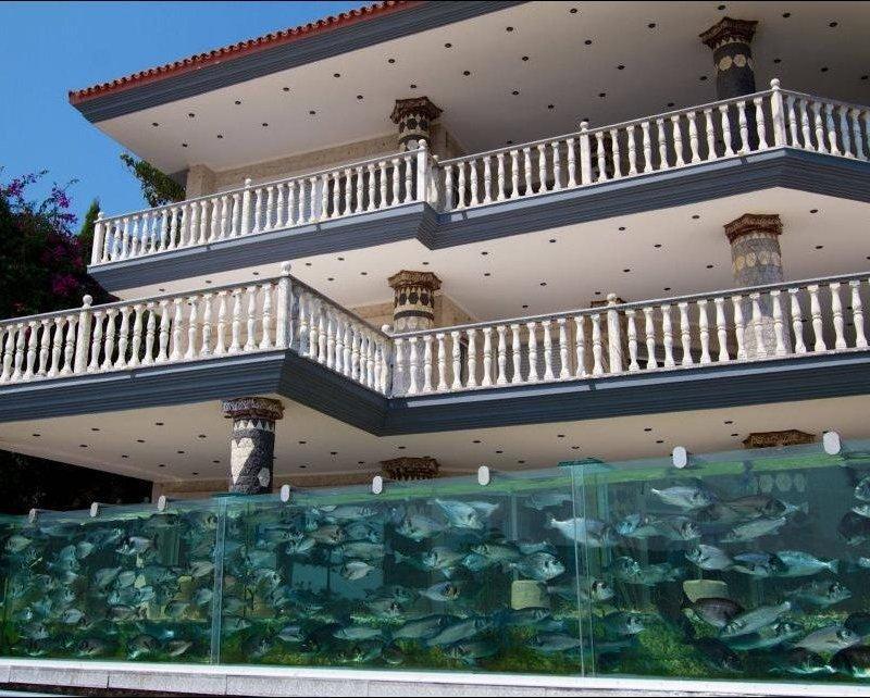 Необычный забор в виде аквариума