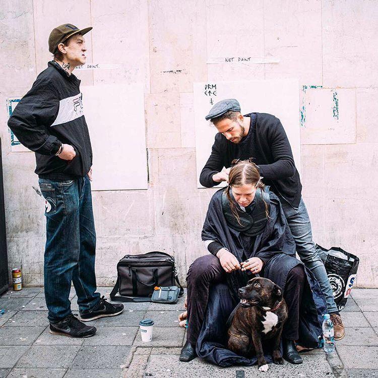 После рабочего дня парикмахер бесплатно стрижет бездомных