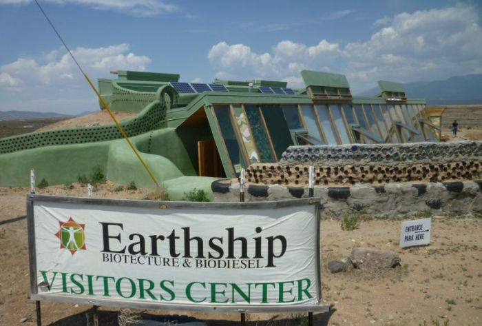 Коммуна Earthships с футуристическими домами из вторсырья