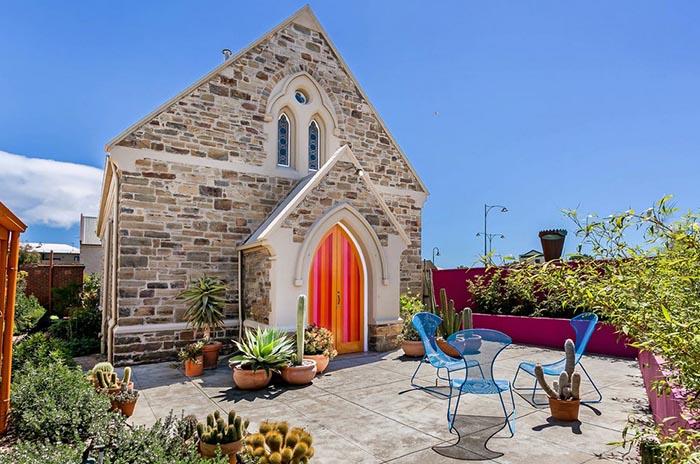 Яркий жилой дом в бывшей церкви