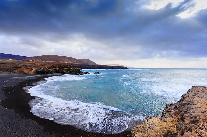 8 уникальных пляжей с черным песком