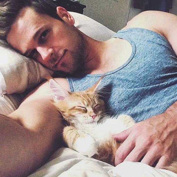 Симпатичные парни с котятами — две женские слабости в одном