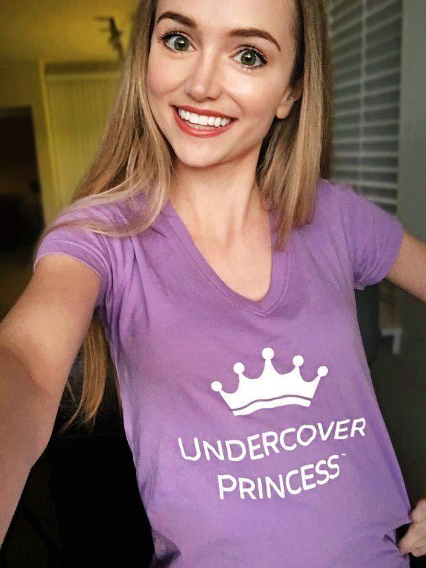 Девушка переодевается в диснеевских принцесс, чтобы поддержать детей в больницах