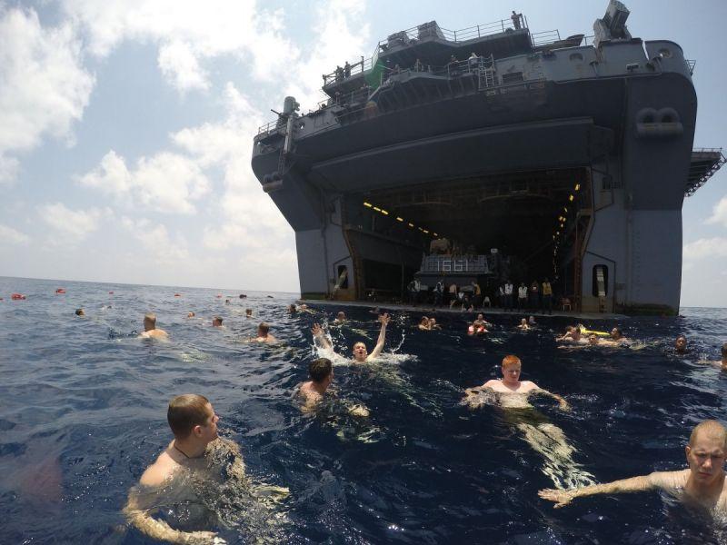 Отдых американских матросов и морпехов в открытом море