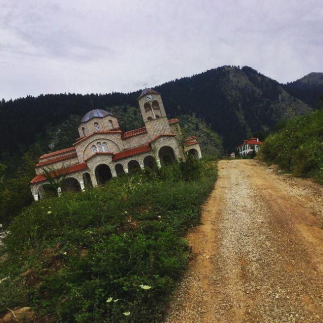 Ропото — греческое селение, которое сползает по горе