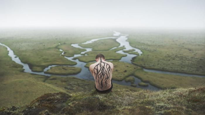 Сюрреалистичные сэлфи на фоне исландской природы