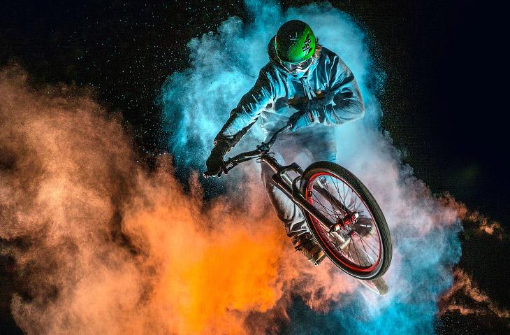 Цветные летающие велосипедисты на BMX