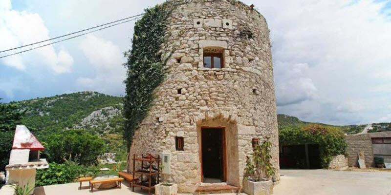 Небольшой дом внутри 250-летней башни на острове в Хорватии