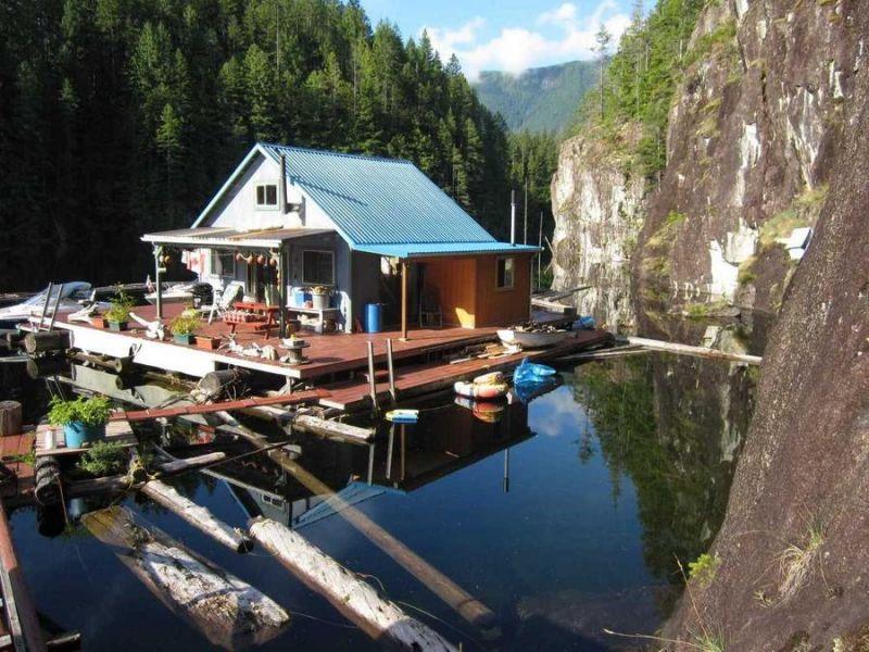 Плавучий дом на озере в Канаде