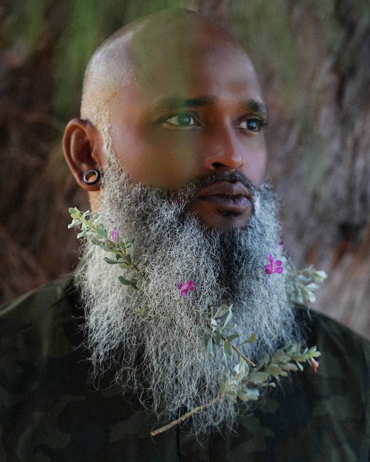 Весенние бороды, украшенные цветами