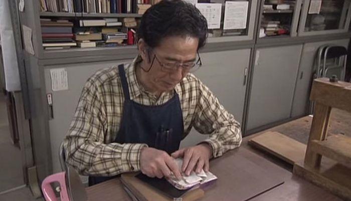 Японец 30 лет реставрирует старые книги