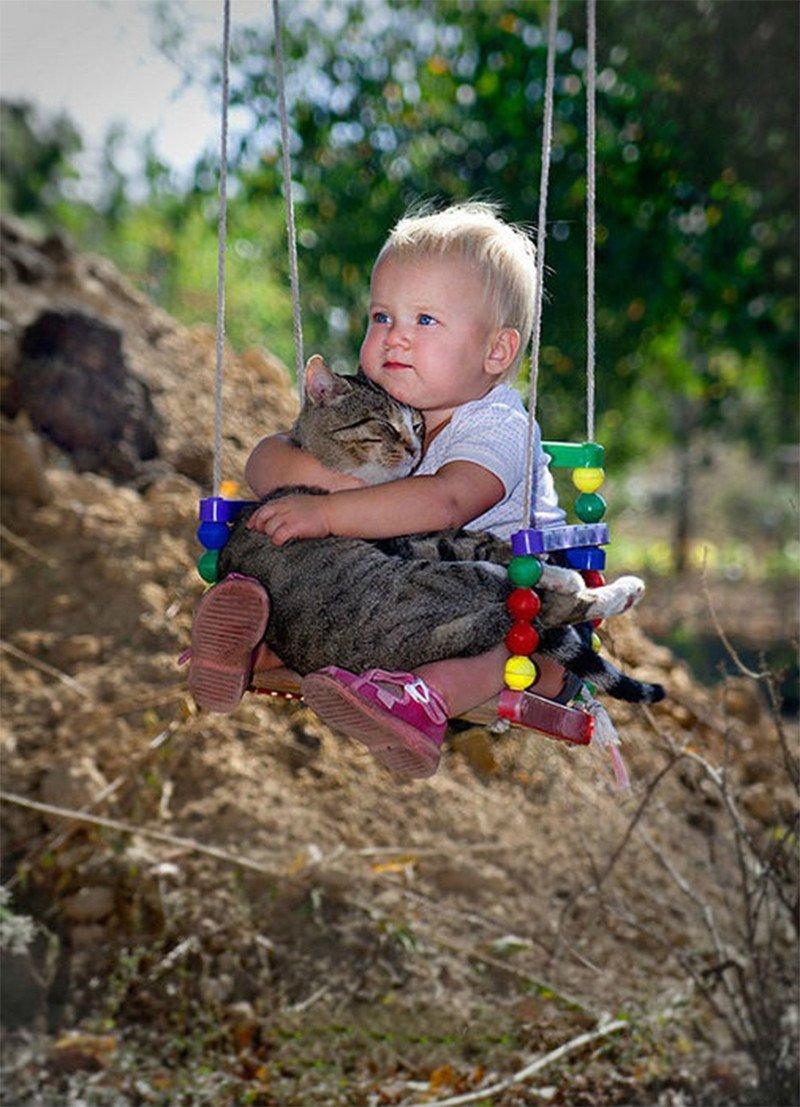 Детки с очаровательными кошками