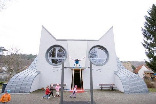 Детский сад в форме гигантского белого кота в Германии