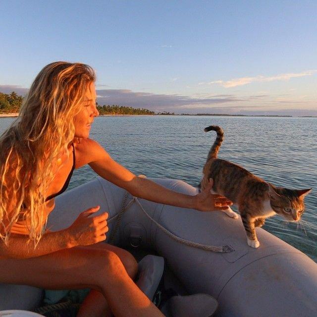 Девушка с кошкой совершают кругосветное путешествие