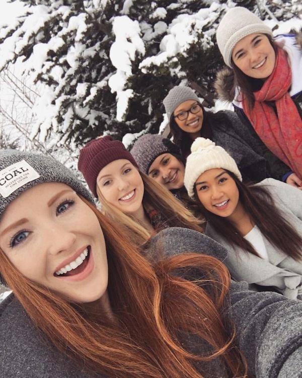 Красивые девушки в шапках