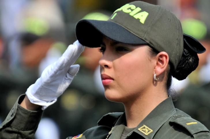 Милые девушки-полицейские со всего мира