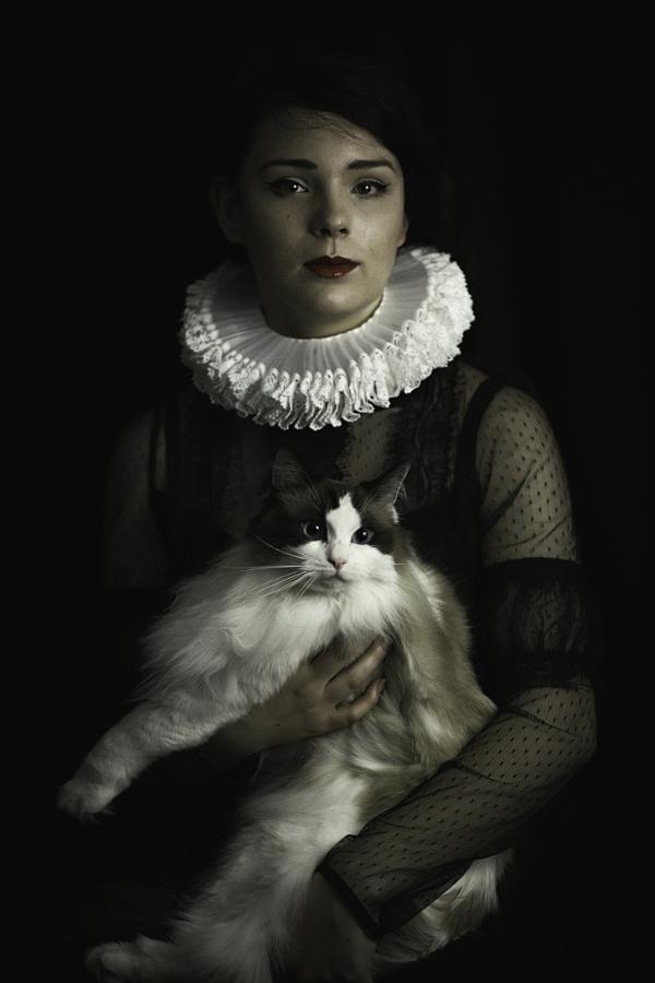 Портреты девушек с кошками, словно из другой эпохи