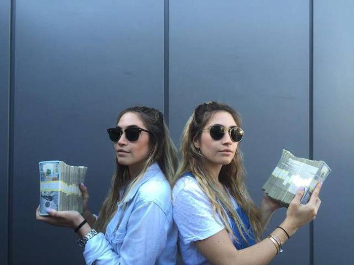 Сестры-близнецы делают сексуальные фото с игрушками, а потом продают их