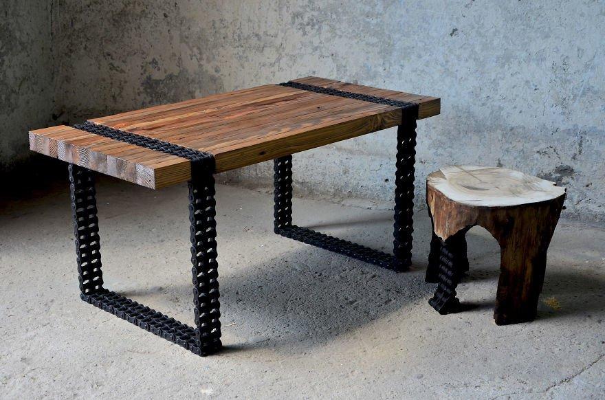 Стильный кофейный столик из ржавой цепи и старых досок