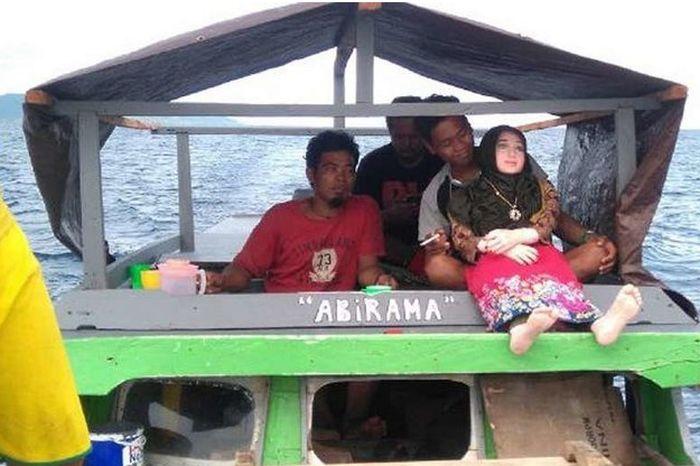 В Индонезии деревенские жители приняли резиновую куклу за падшего ангела
