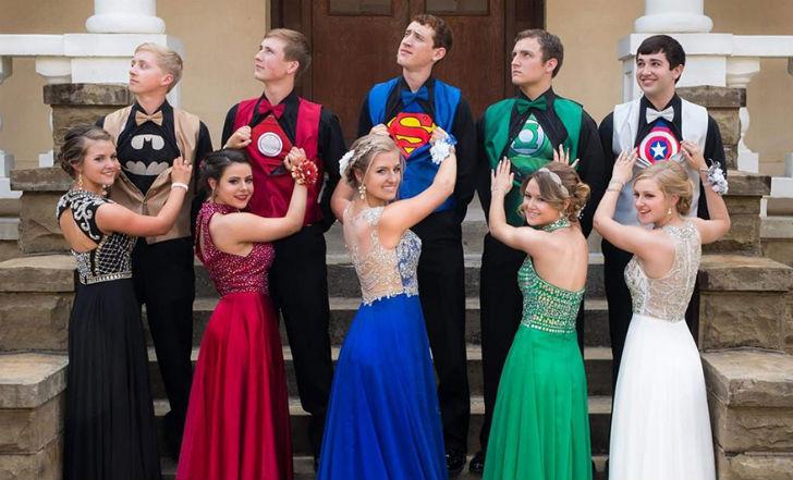Выпускники из Арканзаса в необычных костюмах