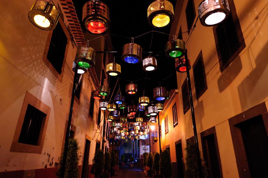 133 барабана от стиральных машин осветили целую улицу