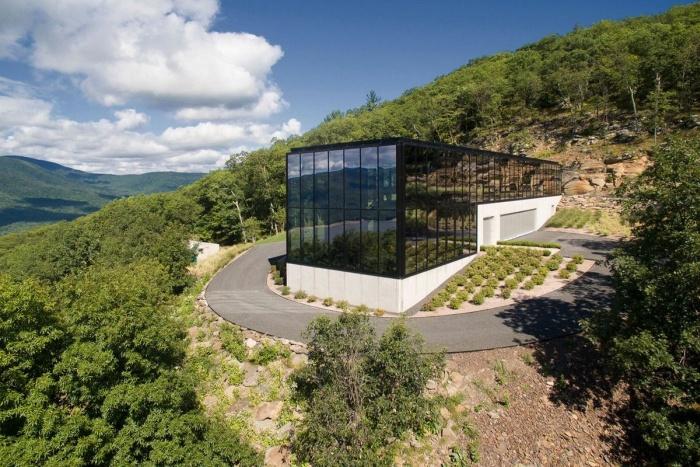 Дом из стекла посреди леса в штате Нью-Йорк