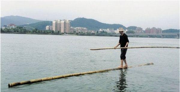 Китаец добирается до работы на стебле бамбука, используя его вместо плота