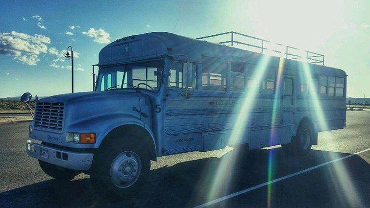 Отец с сыном превратили старый школьный автобус в дом мечты