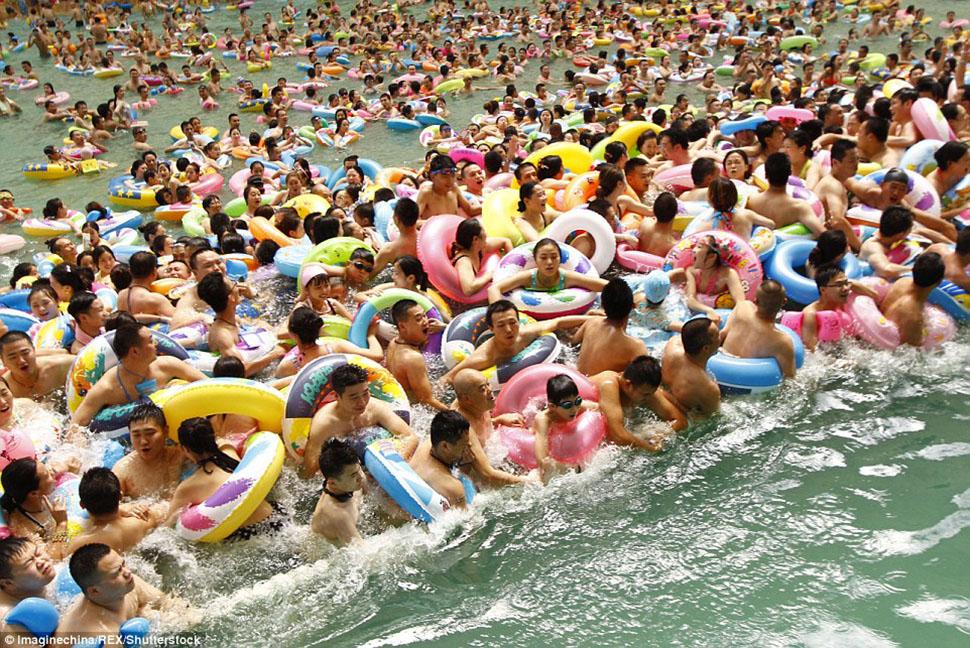 10 000 китайцев искупались в самом большом крытом бассейне страны